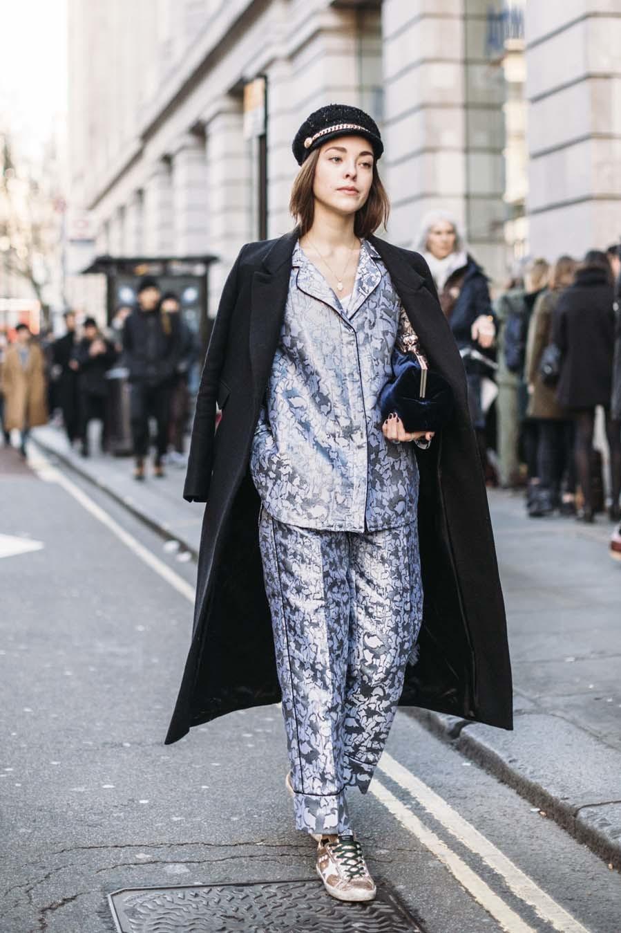 Conjunto de pijama, sneakers , abrigo y gorra, con bolso de...