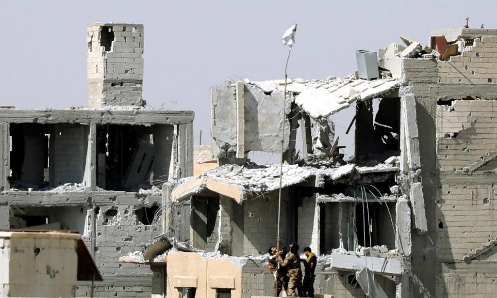 Las SDF colocan la bandera de la victoria en le Hospital Nacional de Raqqa.