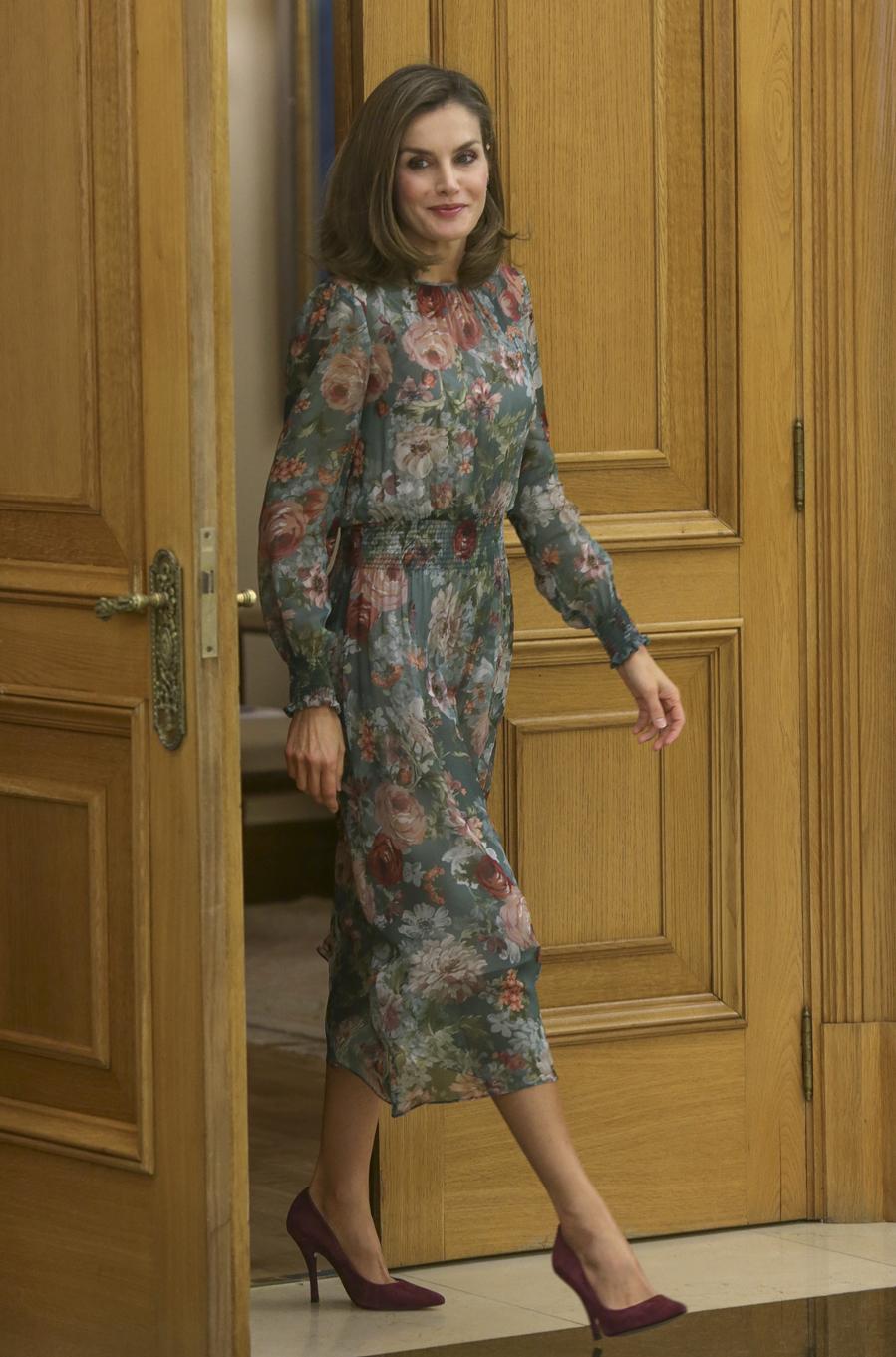 Doña Letizia ha estrenado un vestido de flores de Zara para la...