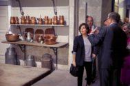 La vicepresidenta del Gobierno, Soraya Sáenz de Santamaría, en su visita a las cocinas del Palacio Real.