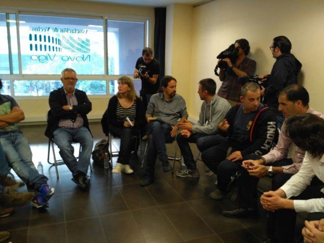 Pablo Iglesias en el encuentro con representantes y vecinos en Vigo.