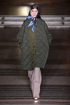 La diseñadora recupera el estilo british con el pañuelo en su...