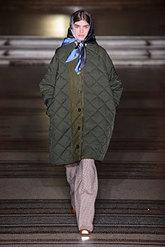 La diseñadora recupera el estilo 'british' con el pañuelo en su...