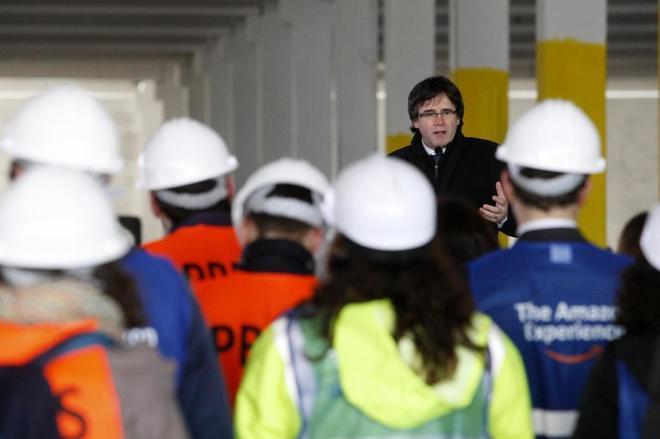 Carles Puigdemont, presidente de la Generalitat, durante una visita a unas obras el pasado mes de febrero.