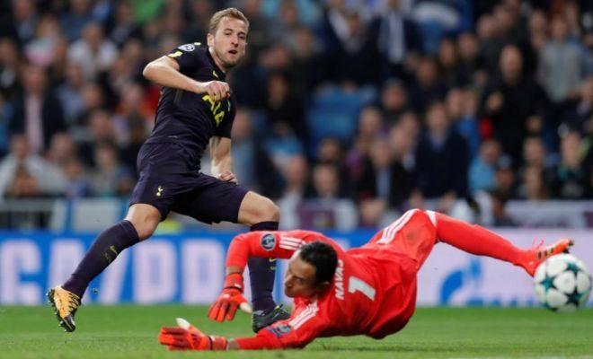 Navas saca un balón de gol a Kane durante la segunda parte en el Bernabéu.