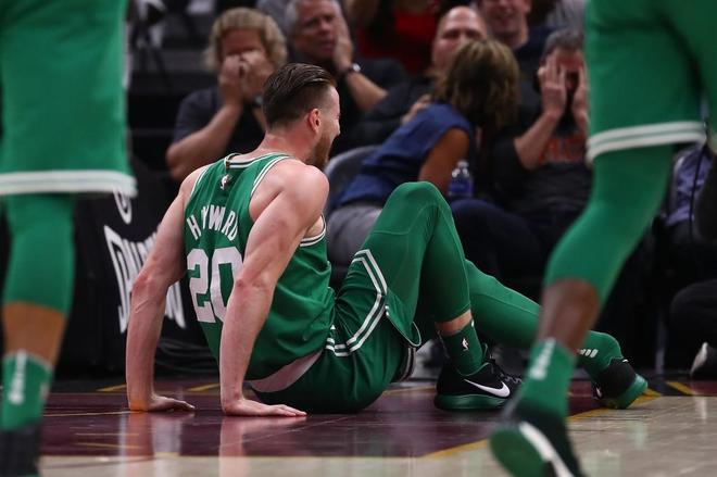 Espeluznante fractura de tobillo en el debut de Hayward con los Celtics