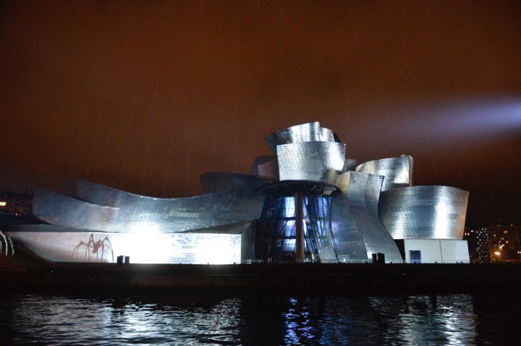 El Museo Guggenheim Bilbao, durante el espectáculo de luz y sonido en su XX anversario.