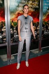 La actriz posó con  un traje dos piezas de Louis Vuitton.