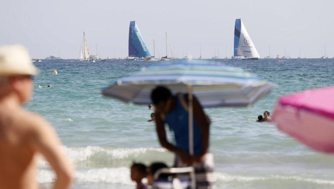 Playa del Postiguet, en Alicante, con varios barcos de la Volvo.