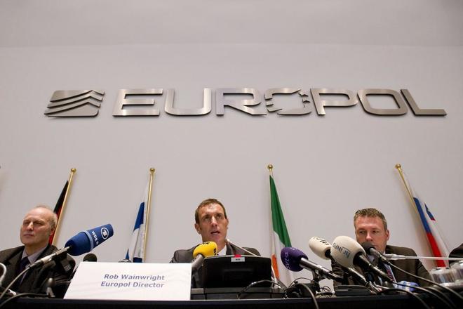 l director de Europol, en el centro, en una rueda de prensa en La Haya...