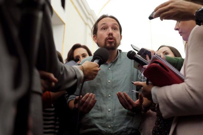 Pablo Iglesias responde a los periodistas en los pasillos del...