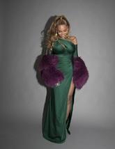 Vestido en color esmeralda con apertura lateral y escote, hecho a...