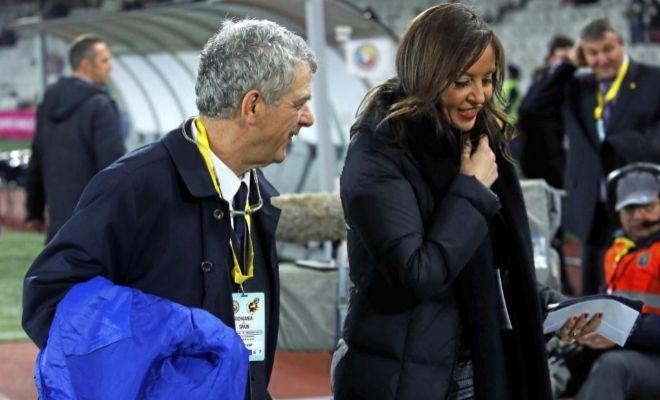 Ángel Villar y María José Claramunt, durante un amistoso de España frente a Rumanía.