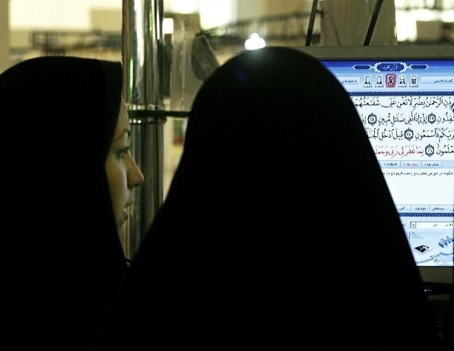 Dos mujeres iraníes consultan el Corán, vía internet.