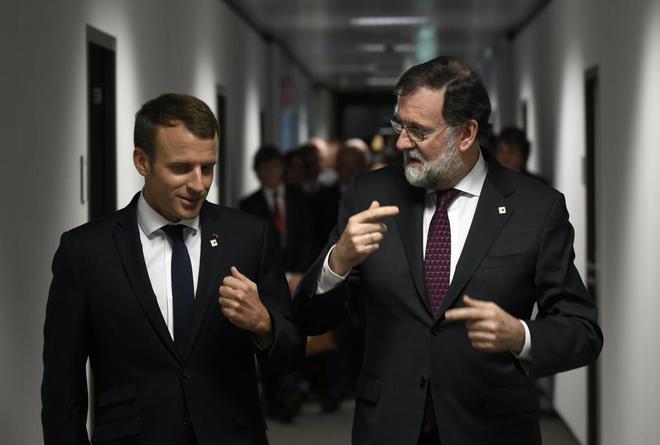 Mariano Rajoy habla con con el presidente francés Emmanuel Macron...