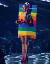 La cantante y actriz eligió este look para la gala de los MTV Video...