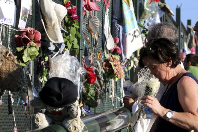 Personas homenajean a los fallecidos del Alvia en el lugar donde descarriló el tren.