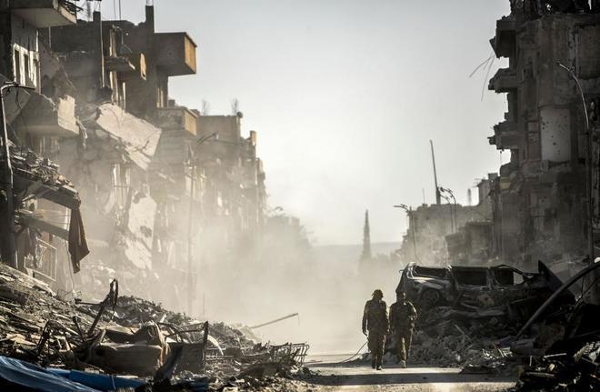 Soldados de las Fuerzas Democráticas Sirias, en una calle de Raqqa, tras conquistar la ciudad de manos del Estado Islámico.