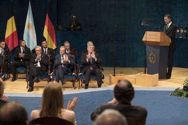 Felipe VI, durante su discurso, en presencia de Jean-Claude Juncker,...