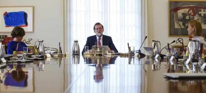 """En vivo, termina el Consejo de Ministros: Rajoy aplicará el artículo 155 por la """"desobediencia rebelde y sistemática"""" de Puigdemont"""