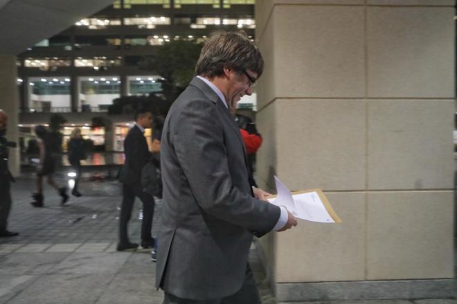 Carles Puigdemont se dirige a la reunión del PDeCAT celebrada el día...