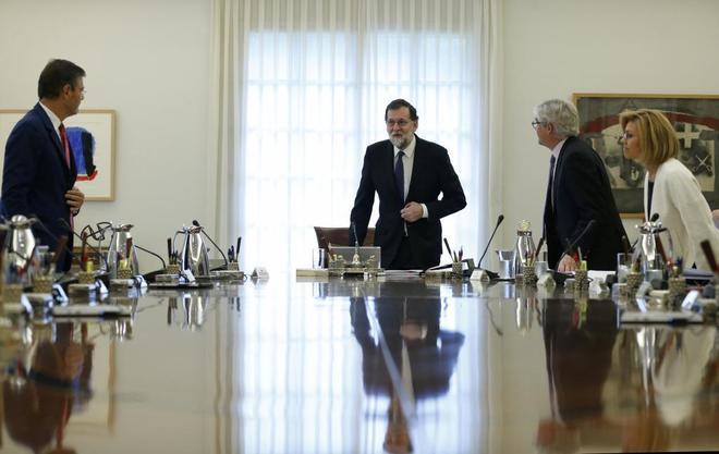 El presidente del Gobierno, Mariano Rajoy, y su Gabinete, al inicio...