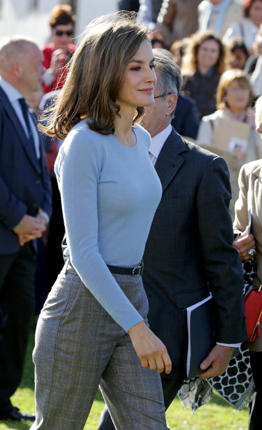 La Reina escogió un conjunto de  pantalón con estampado príncipe de...