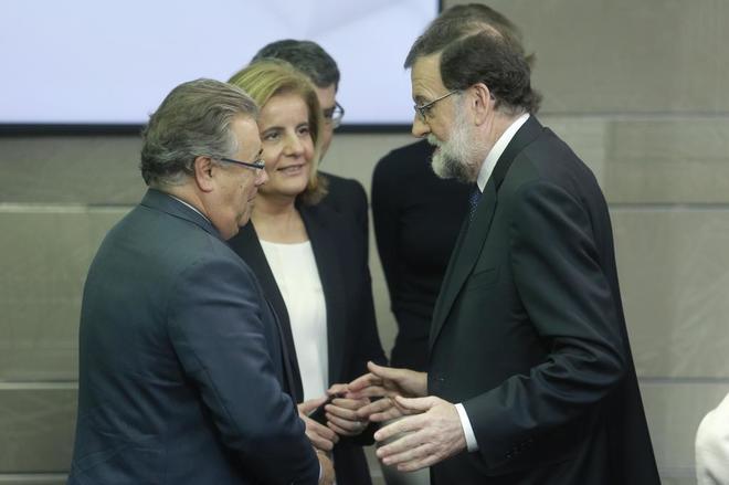 Marino Rajoy charla con Juan Ignacio Zoido y Fátima Báñez al...