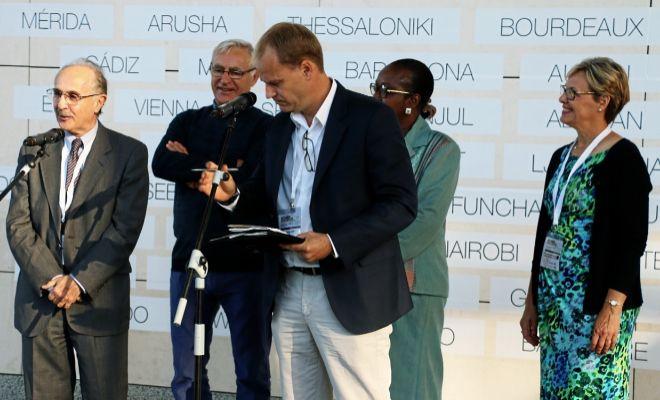 El Premio Nobel de la Paz, Edward Rubin, durante su intervención en la clausura de la cumbre de alcaldes junto al primer edil de Valencia, Joan Ribó.