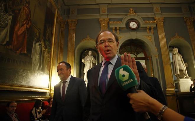 Pío García-Escudero, presidente del Senado, ayer, antes de presidir...