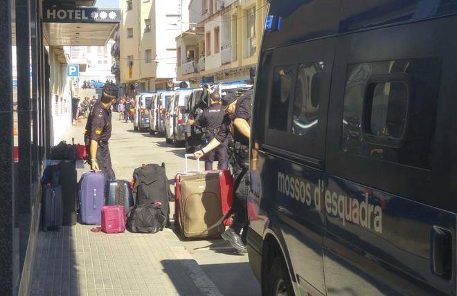 Un furgón de los Mossos aparcado mientras agentes de la Policía...