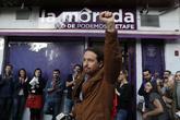 Pablo Iglesias saluda puño en alto el pasado viernes en un acto de...