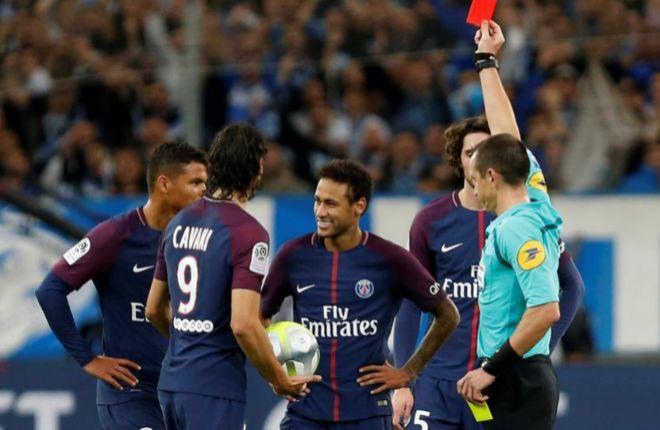 Buquet muestra la roja a Neymar tras su incidente con Ocampos.
