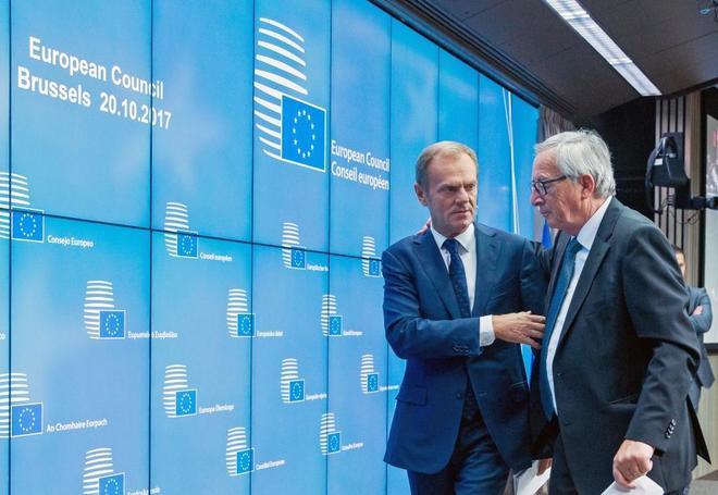 Jean-Claude Juncker y Donald Tusk conversan antes de una rueda de...