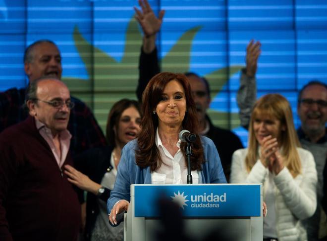 Cristina Fernández de Kirchner, ex presidenta y candidata al senado argentino, comparece tras conocerse los resultados de las elecciones legislativas del domingo.