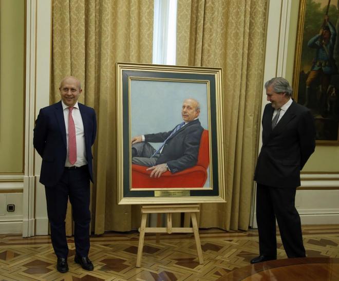 José Ignacio Wert, el padre de la Lomce, junto a su sucesor, Iñigo Méndez de Vigo. JAVIER BARBANCHO