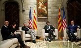 El presidente catalán, Carles Puigdemont, con los congresistas...