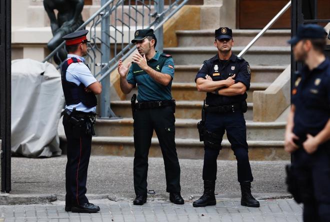 Agentes de Guardia Civil, Mossos y Policia hacen guardia frente a la Delegacion de Gobierno. Imagen de archivo.