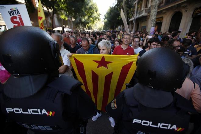 Cientos de personas se concentran frente a la Policía Nacional para...