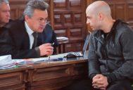 Sergio Morate (der.) habla con su abogado durante la segunda jornada del juicio.