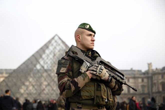 Un soldado galo permanece en guardia ante el museo del Louvre en París