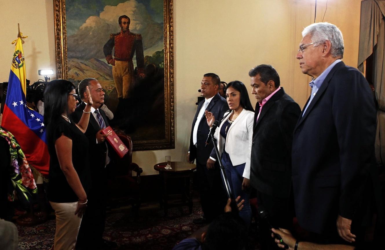 La presidenta de la Asamblea Nacional Constituyente, Delcy Rodriguez (i), participando en el acto de juramentación de los gobernadores en Carcas.