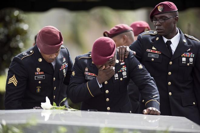 Soldados estadounidenses lloran la muerte de La David Johnson,  fallecido tras una emboscada en Níger