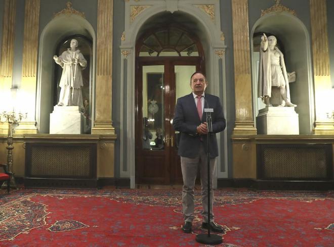 Pedro Sanz, vicepresidente del Senado, ayer, en rueda de prensa en la...