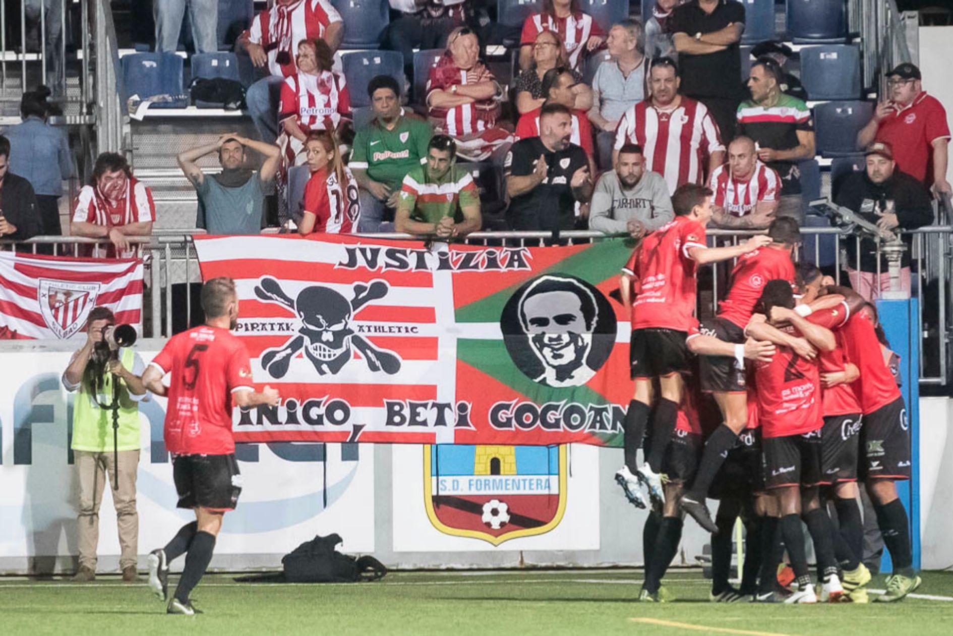 Los seguidores del Athletic observan la celebración del gol por los jugadores del Formentera.