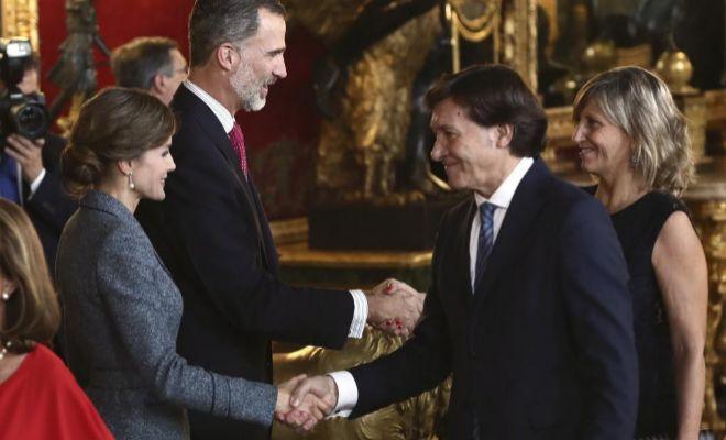 Los Reyes saludan a Jose Ramón Lete, el pasado 12 de octubre.