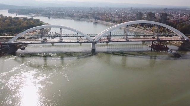 Azvi concluye con éxito el lanzamiento de los arcos del puente Zezelj en Serbia