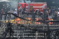 Varios bomberos en el escenario del incendio en Tangerang.