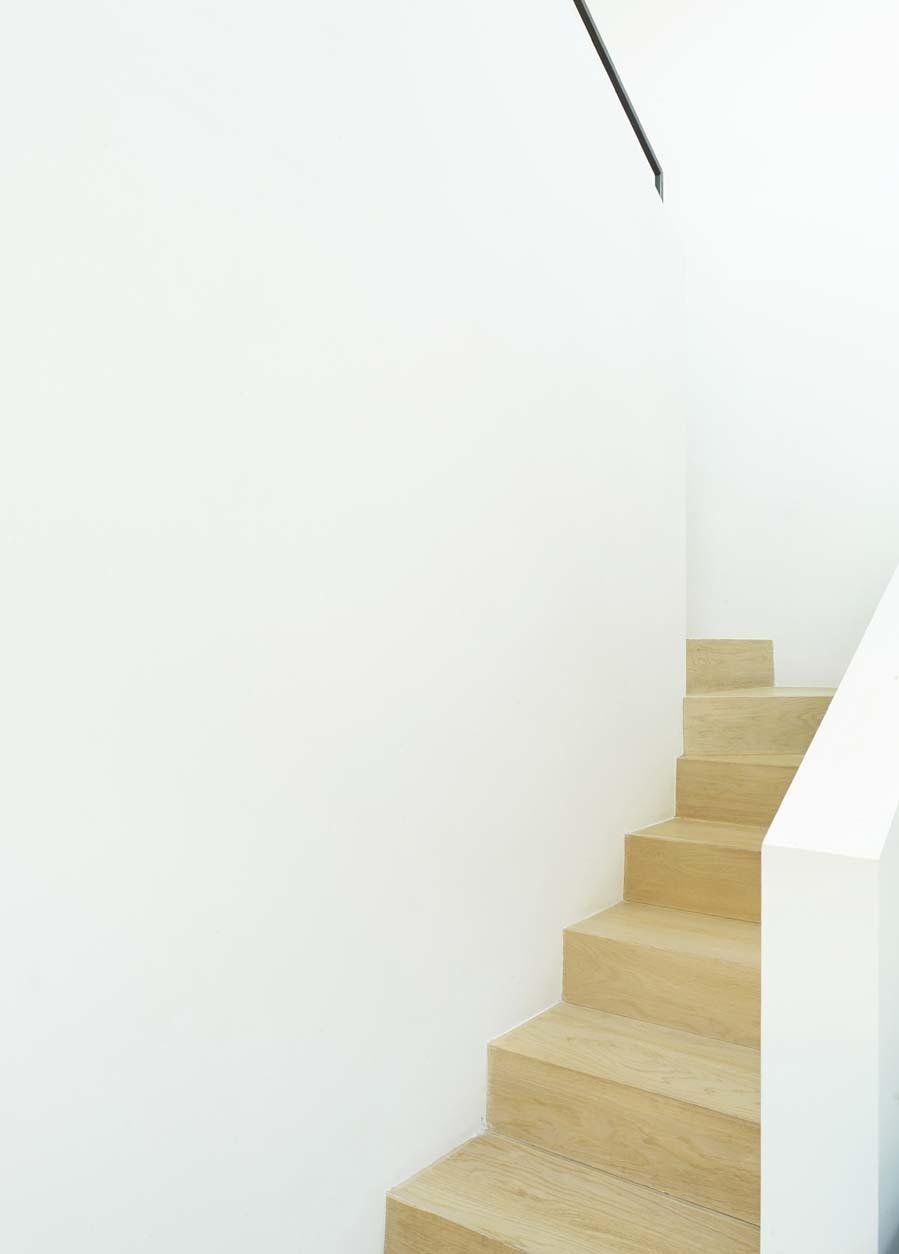 Escalera de madera que comunica con los dormitorios