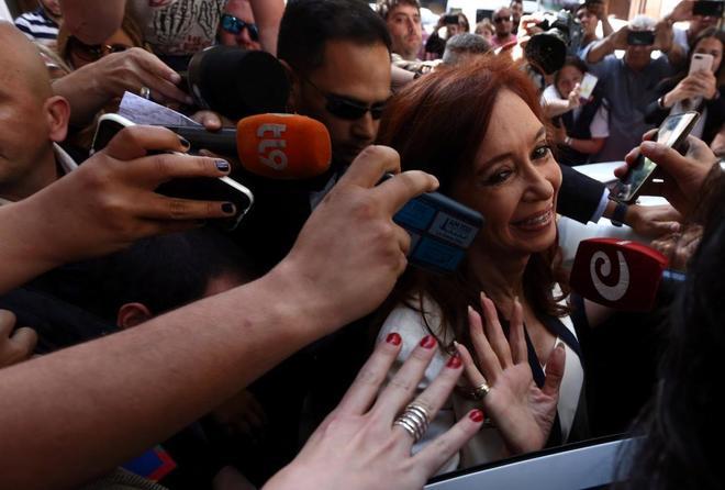 La ex presidente argentina, Cristina Fernández de Kirchner, deja su domicilio para comparecer en los tribunales, en Buenos Aires.